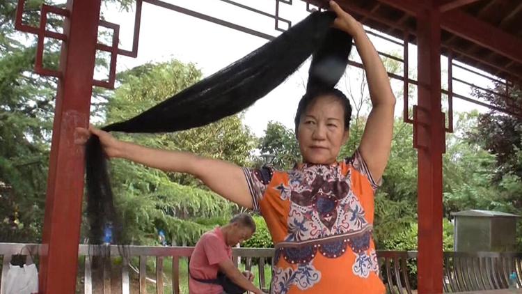 72秒丨济南六旬老太留发14年达2米长,一生只剪过两次