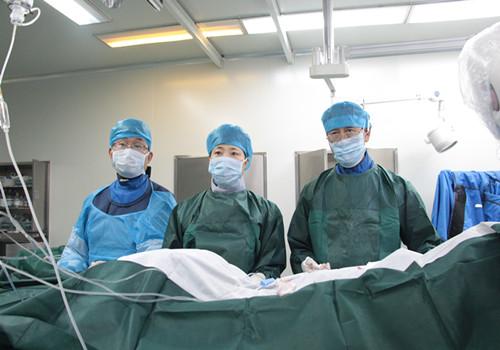 潍坊市市立医院心内科首席专家张言镇、韩海英教授手术中_副本.jpg