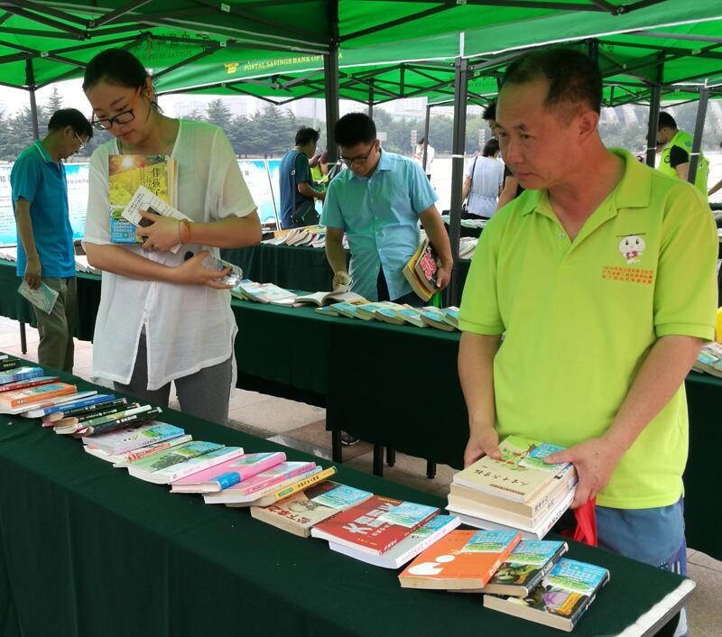 """潍坊举办首届""""读万卷书、行万里路"""" 图书漂流活动"""