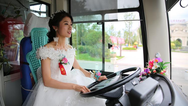 30秒丨青岛小嫚儿霸气!新娘开着公交接新郎