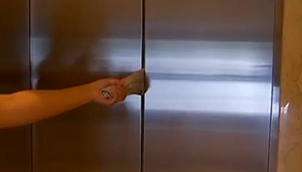 116秒 | 小心!电梯门感应有盲区 别再用手挡
