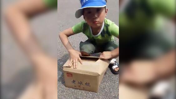 120秒丨泪奔!父亲病逝,青岛8岁男子汉桑拿天卖冰棍养家