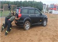 58秒丨任性车主驶入海滩车辆被困 消防救援助其脱困