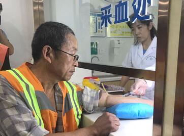 """淄博世纪长城医院""""关爱环卫工健康 向城市美容师致敬""""公益活动启动"""