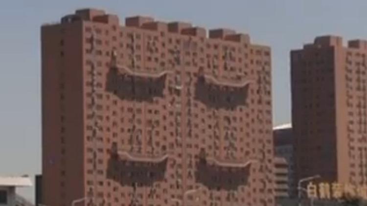 """济南一居民楼惊现高空""""楼梯"""" 物业:是安全通道"""