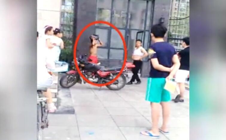 19秒丨男子偷电瓶被抓 失主罚其顶电瓶做蹲起引争议