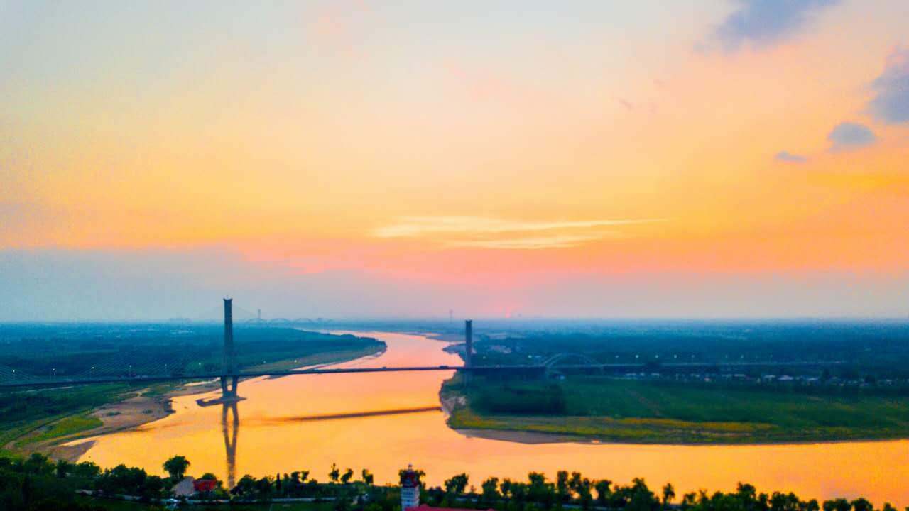 航拍夕阳下的济南黄河滩,长河落日美如画卷