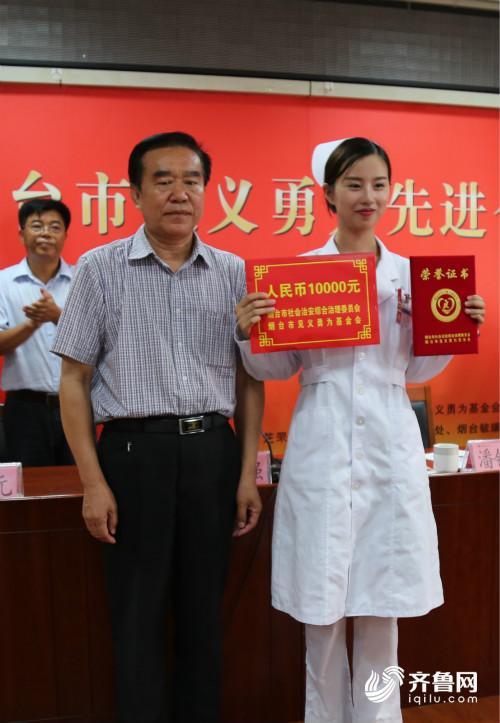 潘锡海理事长为刘赟颁发奖金和证书_meitu_4.jpg
