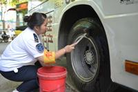 济南公交司机每天与热浪相伴 看到流汗的笑脸记得说声辛苦