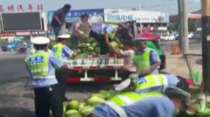 货车侧翻八千斤西瓜散满路口 菏泽交警加路人捡瓜1小时