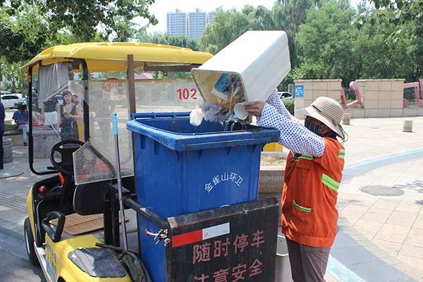 高温炙烤 临沂环卫工人坚守岗位用汗水守护城市清洁