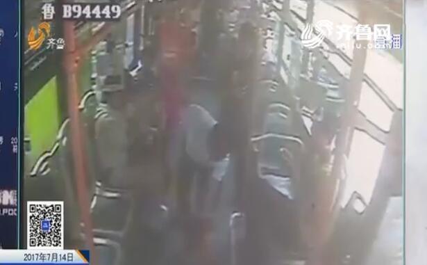105秒丨洋小伙青岛公交车上突然晕倒 一车人齐救助