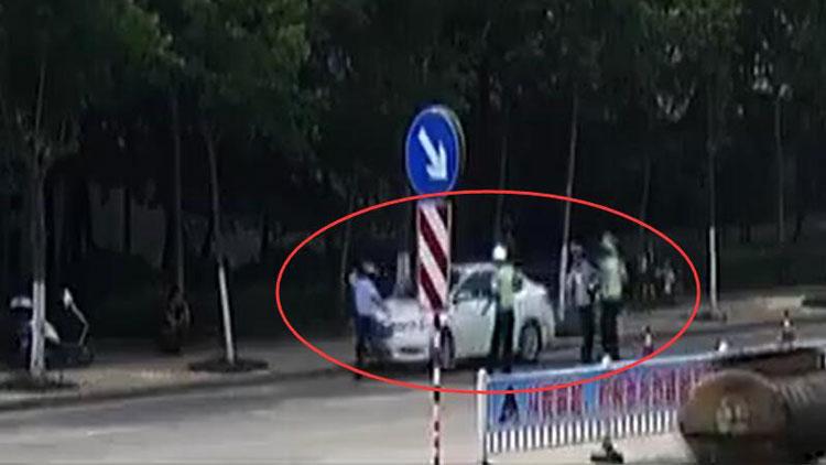 37秒丨枣庄酒司机带假车牌上路,强行闯卡撞飞交警