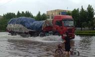 95秒丨强降雨致临沂市内多条道路积水达60公分
