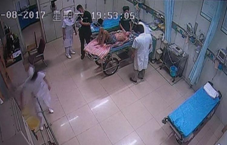 淄博七旬老人吃饭突然晕倒 医生检查油饼卡喉险丧命