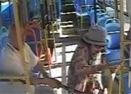 济南公交车上八旬老人自称摔倒拐杖打司机 监控还原真相