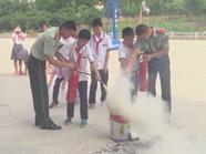 烟台边防官兵进校园 孩子们学用灭火器救生衣