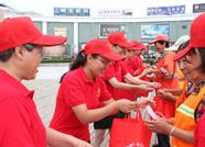 泰安岱岳区妇联助力创城 防暑用品送高温工作者