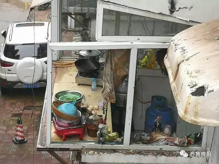 济南花园小区一居民家发生煤气罐爆炸 两人受伤