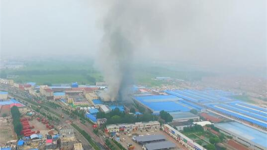 28秒独家航拍丨济南济齐路附近一仓库着火 空中视角看现场