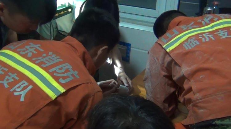 36秒|临沂2岁儿童手指被卡 消防用自创工具成功救援