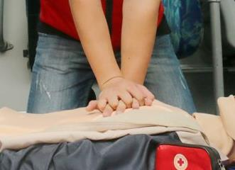 济南:突发中暑怎么办?公交司机车厢内体验心肺复苏施救