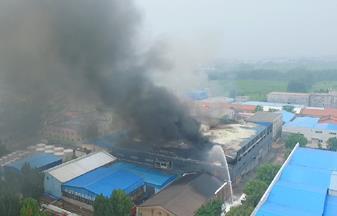 济南济齐路附近一仓库着火 过火面积约800余平方米