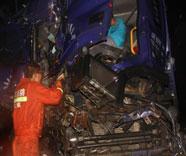 47秒丨俩货车凌晨雨中相撞司机被困 淄博消防破拆救人