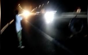 男子骑摩托摔昏路中间 济宁老人车流中紧急救援