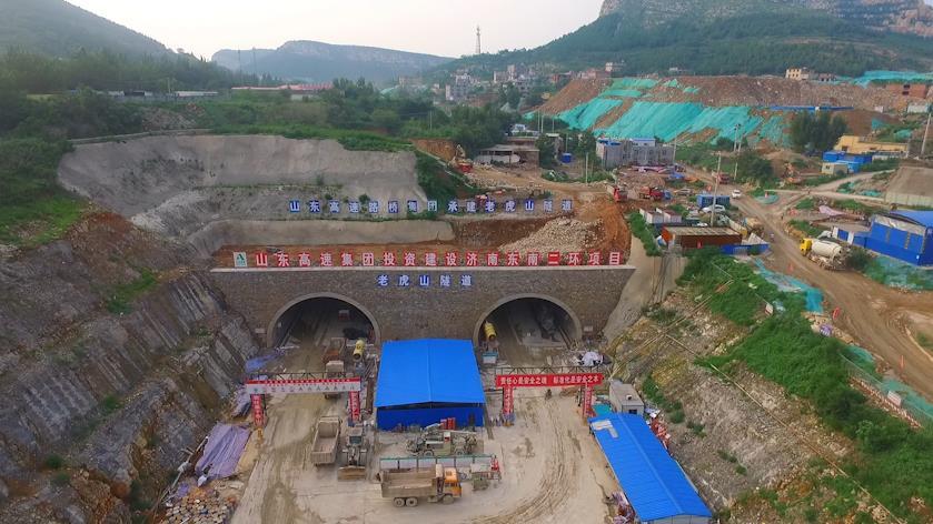 73秒|航拍老虎山隧道:我国单洞跨径最大的公路隧道贯通