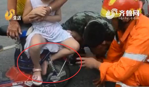 88秒|梁山一女孩左脚卷入车轮 骑车带娃多留心