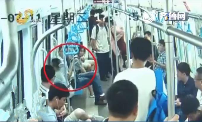 惊险!青岛男孩被夹地铁车门 乘客千钧一发救出