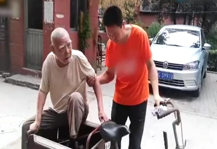 暖新闻|淄博九旬老人骑三轮遛弯迷路 好心人送其回家