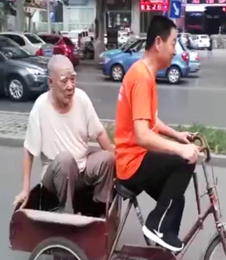 淄博九旬老人骑三轮出门遛弯迷路 热心市民送其回家