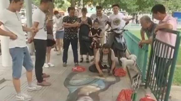"""励志!临沂街头,这位独腿画家用粉笔绘出""""蒙娜丽莎"""""""