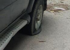 济南20辆车半夜惨遭扎胎划车 修车师傅:扎胎手法很专业