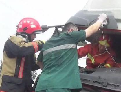 淄博:牛奶运输车半路出车祸司机被困 消防紧急救援