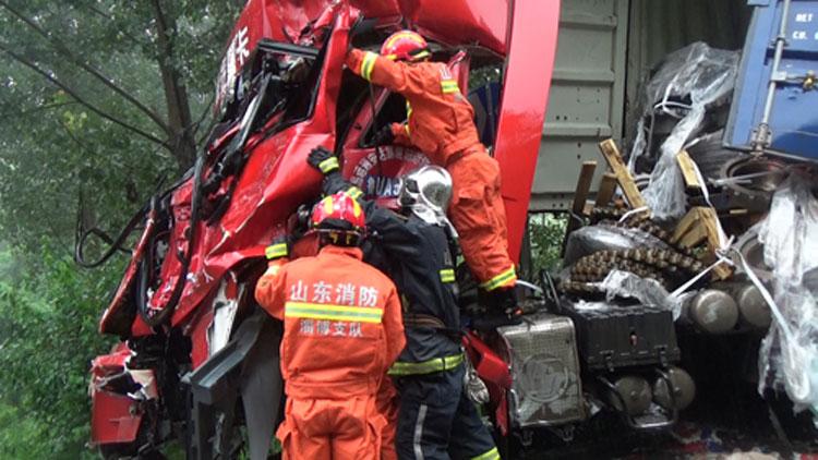 49秒丨沂源一半挂车撞上集装箱货车 1人被困在驾驶室