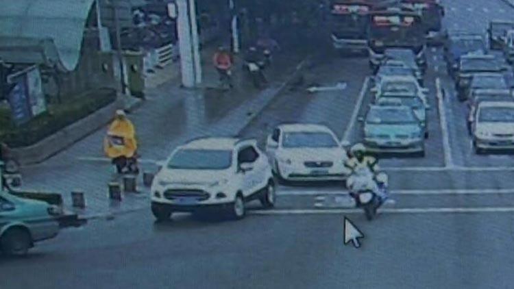51秒|淄博交警铁骑开救援通道:快走快走,后面有危重病人