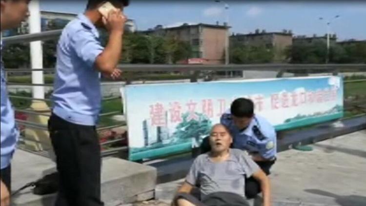 57秒暖新闻|龙口一老人突然晕倒路边 城管队员跪地施救