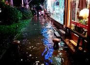 """海丽气象吧丨急雨突袭潍坊多条街道""""变海"""",小伙爬上路灯杆"""