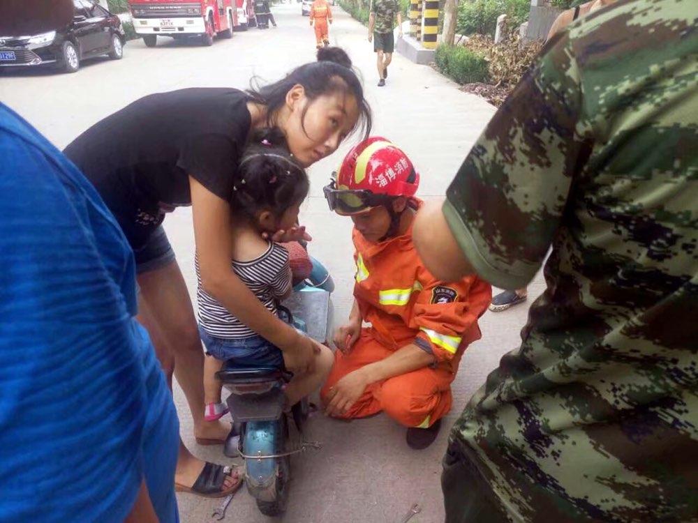 博山:女童脚卡电动车 消防官兵3分钟营救