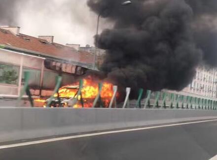 胶宁高架桥上一面包车发生自燃