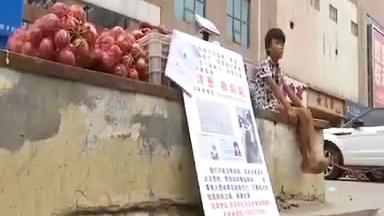 帮帮他!菏泽8岁男孩街头卖洋葱,只为救患病妈妈