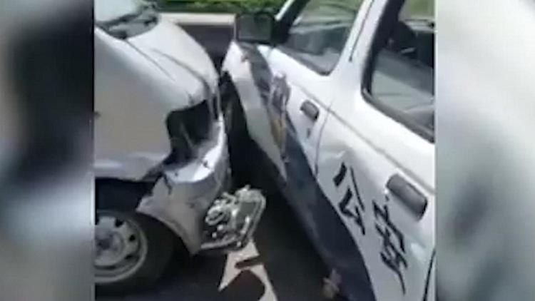 """47秒丨济宁一公路上演""""警匪片"""",小伙开车疯狂别警车"""