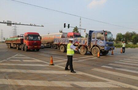 淄博交警集中整治危化品运输车和重型柴油货车