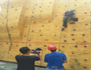 记者体验攀岩运动 攀爬至3米高:不敢抬头也不敢下去怎么办?