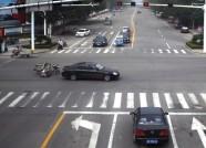 潍坊:骑三轮闯红灯被撞翻 一老一少均受伤