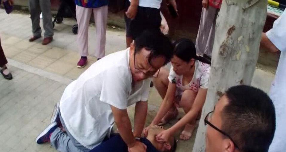 41秒丨淄博男子突发心肌梗塞 医生跪路边20分钟做心肺复苏