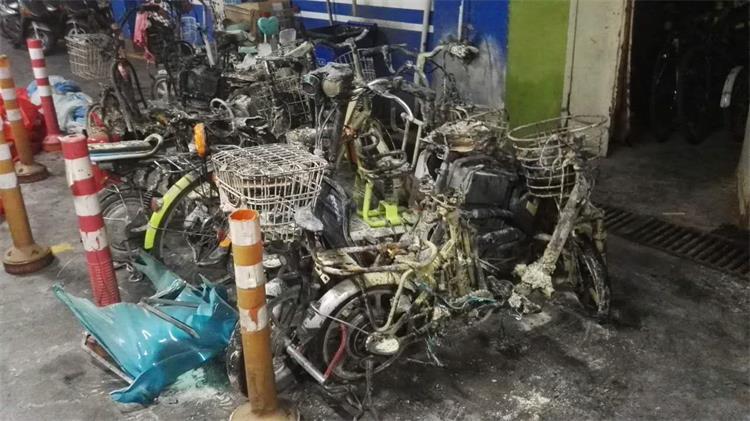 潍坊一大型购物超市停车广场突发火灾 多辆电动车被烧毁